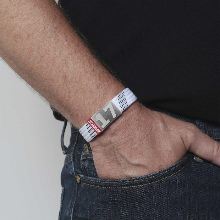 BRAYCE® Armband Hockey Lace Weiß getragen, Hand in der Hosentasche.