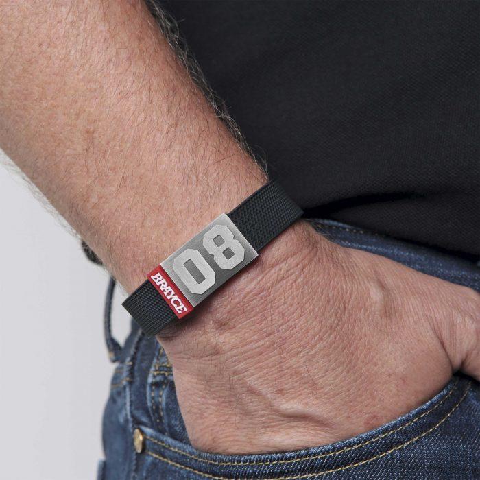 BRAYCE® Armband Puck getragen, Hand in der Hosentasche.