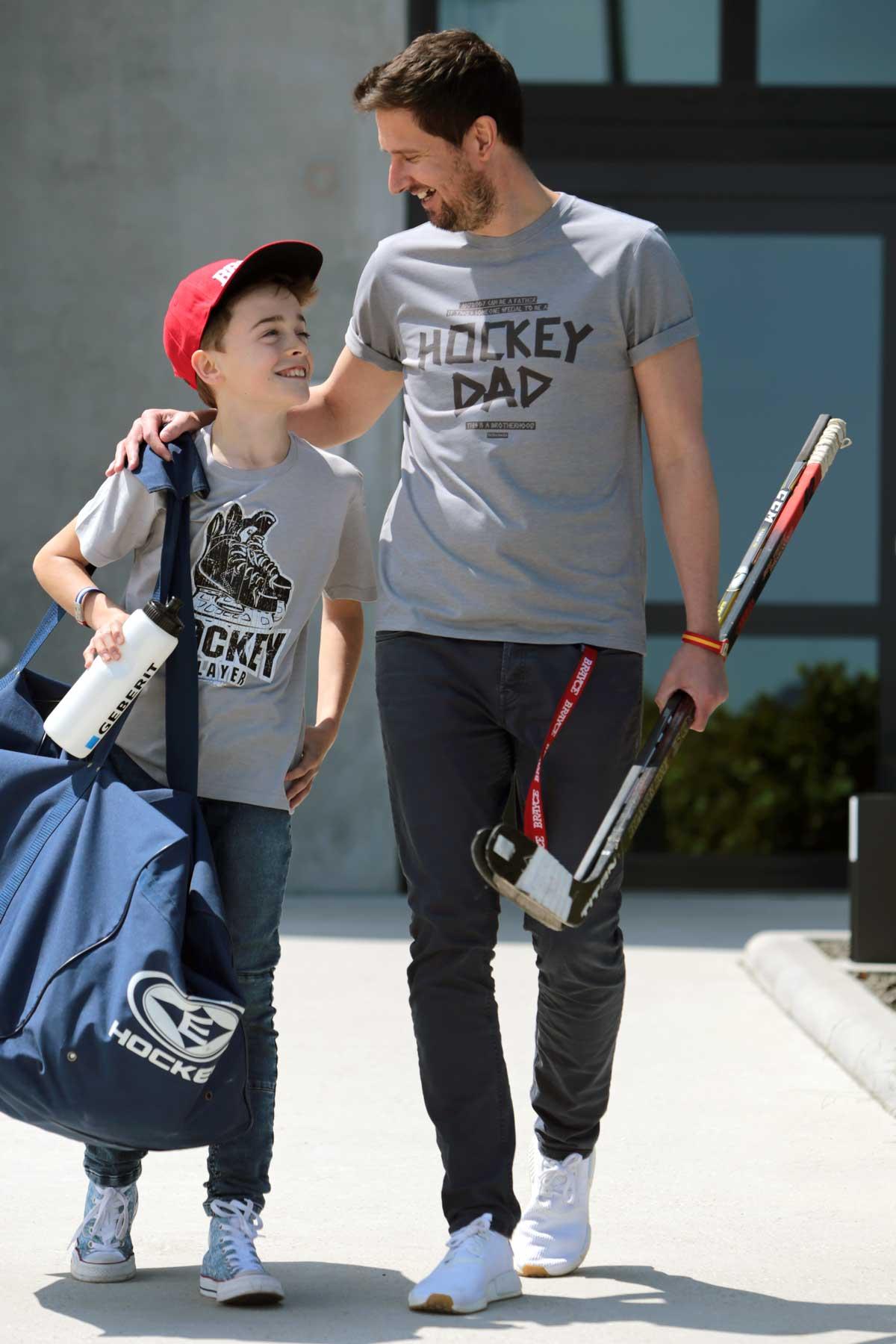 Hockey Dad mit SCALLYEWAG® HOCKEY T-Shirt HOCKEY DAD TAPE und Hockey Kid mit SCALLYWAG® HOCKEY T-Shirt Kids HOCKEY PLAYER und Eishockey Equipment